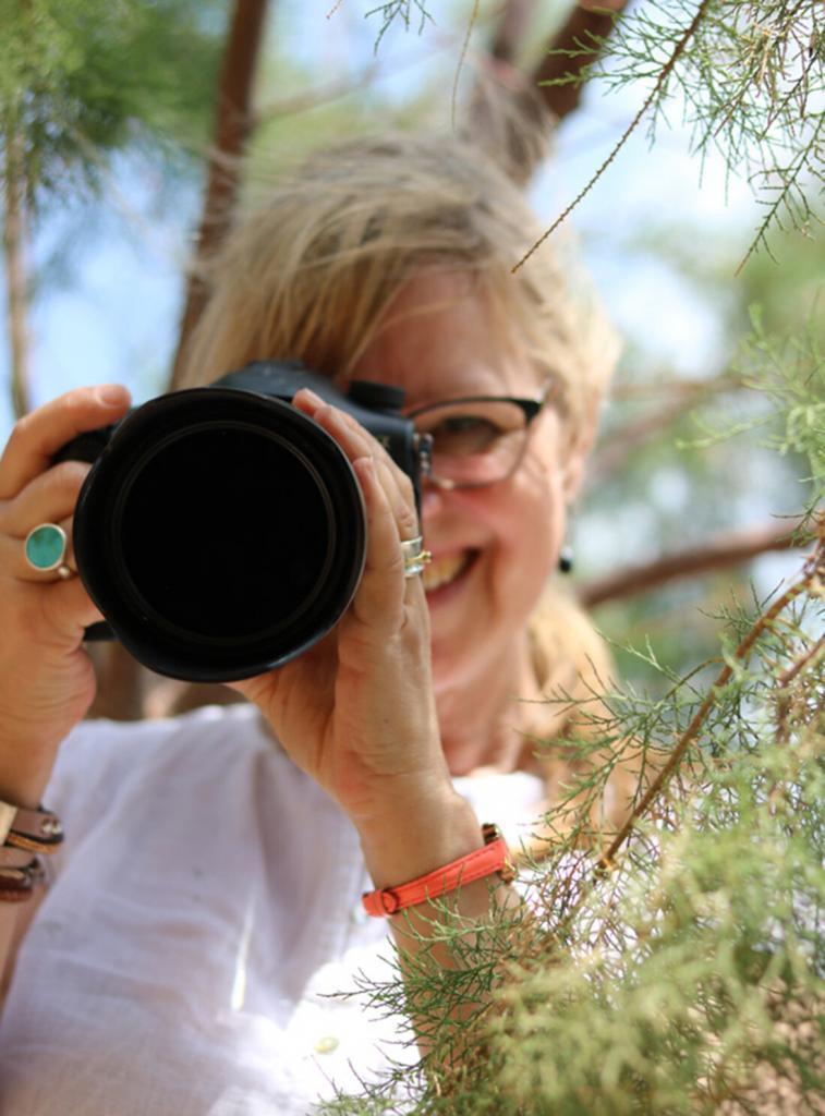 Das Bild zeigt Barbara Letalik lachend hinter der Kamera