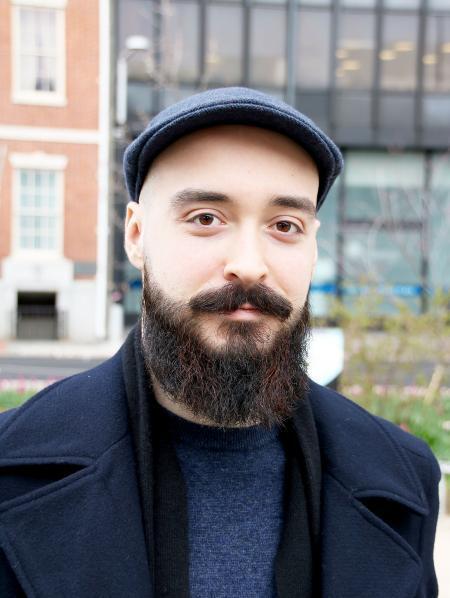 Mann mit Bart und Baskenmütze