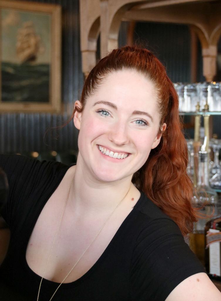 Lächelnde Frau mit blauen Augen
