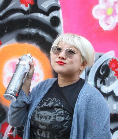 Lächelnde Frau mit Spraydose