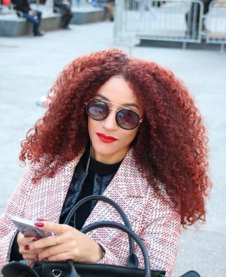Frau mit langem lockigem Haar