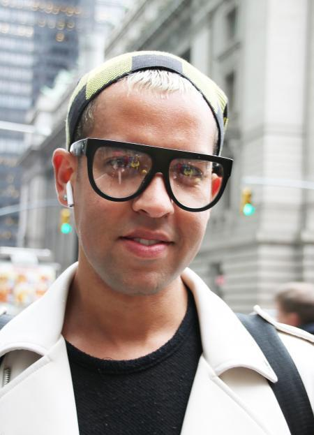 Junger Mann mit auffälliger Brille