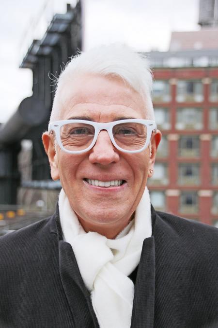 Lächelnder mann mit weißer Brille